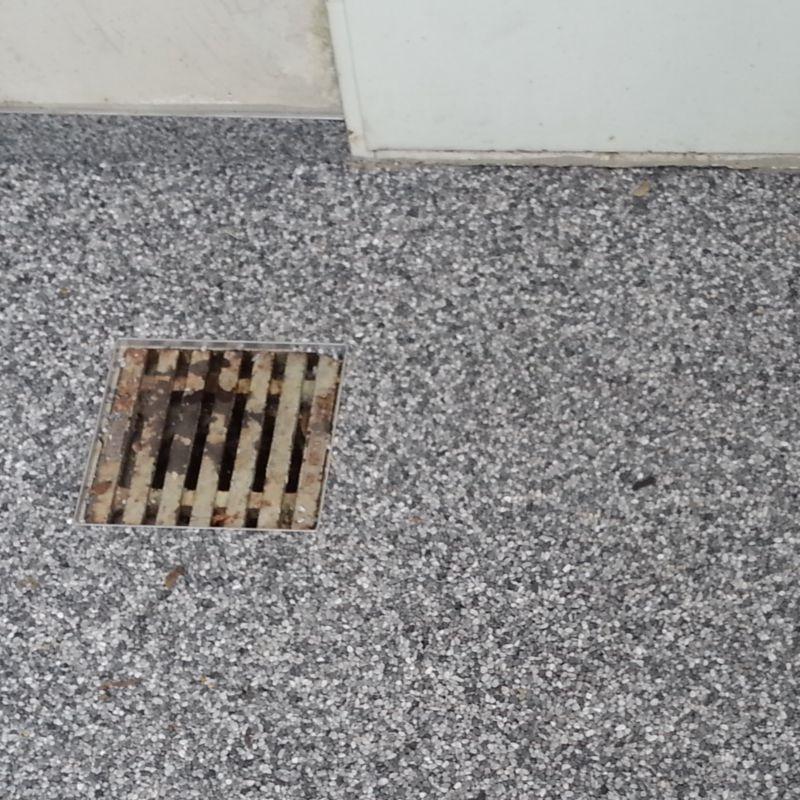 Fachgerecht Steinteppich verlegen Detailbild Bodenablauf